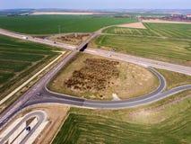 Motorwayföreningspunkt med huvudvägbron som planskilda korsningen i landsbygd royaltyfria bilder