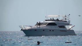 Motoryacht med folk som seglar på vågorna långsam rörelse arkivfilmer