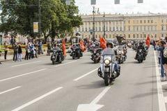 Motos avec les drapeaux des sociétés de sponsor Photo stock