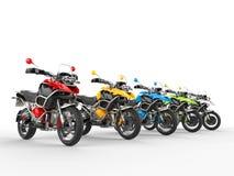 Motos colorées sur une ligne de départ illustration stock