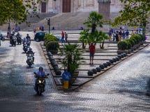 Motos conduisant par la rue à Rome image stock