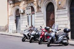 Motos dans la rue historique de Catane, Sicile, Italie photo stock