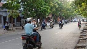 Motos de monte de personnes à Hanoï Vietnam Image libre de droits