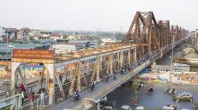 Motos de monte de personnes vietnamiennes sur le long pont de Bien Photographie stock libre de droits