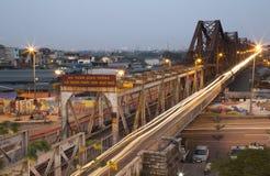 Motos de monte de personnes vietnamiennes sur le long pont de Bien Photographie stock