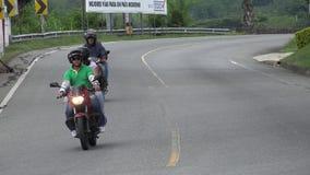 Motos de monte de personnes sur la route incurvée Photo stock