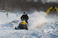 Motos de nieve en el sprint 2014 del invierno de la competencia Fotografía de archivo libre de regalías