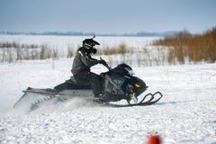 Motos de nieve en el sprint 2014 del invierno de la competencia Imagen de archivo