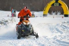 Motos de nieve en el sprint 2014 del invierno de la competencia Fotografía de archivo
