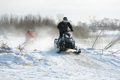 Motos de nieve en el sprint 2014 del invierno de la competencia Foto de archivo libre de regalías