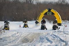 Motos de nieve en el sprint 2014 del invierno de la competencia Imagenes de archivo
