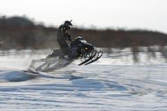Motos de nieve en el sprint 2014 del invierno de la competencia Foto de archivo