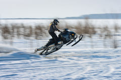 Motos de nieve en el sprint 2014 del invierno de la competencia Imágenes de archivo libres de regalías