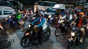 Motos en cruces en la noche en Tailandia Imagenes de archivo