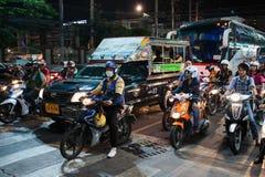 Motos en cruces en la noche en Tailandia Imagen de archivo