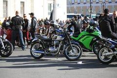 Motos et motocyclistes en prévision du début de la course finale de la saison image libre de droits