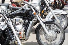Motos exhibées dans une rangée pendant le rassemblement des motards, consacré au jour de l'Europe photographie stock