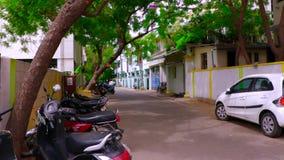 Motos indias y coches vacíos de la calle que parquean afuera, tiro del exterior de la casa de la cacerola almacen de metraje de vídeo