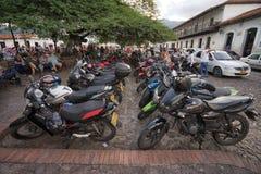 Motos parqueadas en Giron Colombia fotografía de archivo