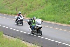Motos que apresuran que viajan sobre onramp de la autopista sin peaje Fotos de archivo
