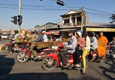 Motos surchargées à Phnom Penh Cambodge Photo libre de droits