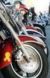 Motos toutes dans des couleurs brillantes d'une rangée photographie stock