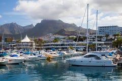 Motoscafi bianchi nella baia di Tenerife Immagini Stock