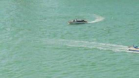 Motoscafi che navigano, stile di vita attivo, vacanze estive, trasporto dell'acqua, viaggio stock footage