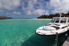 Motoscafo alla spiaggia bianca dei Maldives Fotografia Stock