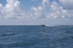 Motoscafo bianco nel mare contro il cielo immagine stock