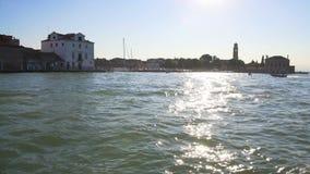 Motoscafo che galleggia su Grand Canal, riflessioni del sole su acqua, trasporto archivi video