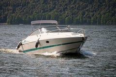 Motoscafo che gira sul lago Iseo, Lombardia, Italia fotografia stock