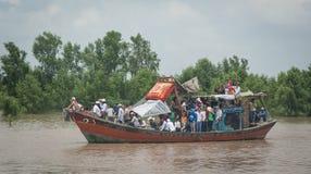Motoscafo che porta molta gente sul Mekong Fotografie Stock Libere da Diritti