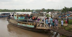 Motoscafo che porta molta gente sul Mekong Fotografia Stock