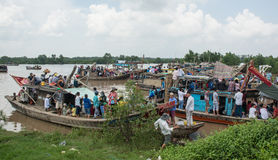Motoscafo che porta molta gente sul Mekong Fotografia Stock Libera da Diritti