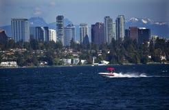 Motoscafo di Washington del lago skyline di Bellevue Immagine Stock