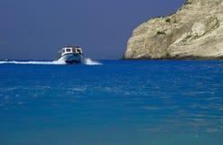Motoscafo e scogliera, isola della Zacinto Immagini Stock