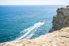 Motoscafo fuori dalla costa Immagini Stock
