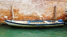 Motoscafo sui precedenti di vecchio muro di mattoni, Venezia, Italia Fotografie Stock Libere da Diritti