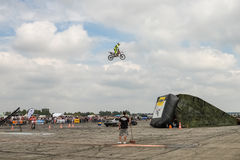 Motoshow在德国 飞行在摩托车的天空 德语Stuntdays,策尔布斯特- 2017年, Juli 08 免版税库存照片