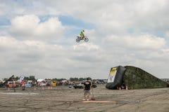 Motoshow w Niemcy Latać w niebie na motocyklu niemiec, Zerbst - 2017, Juli 08 Zdjęcie Royalty Free