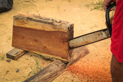 Motosierra de madera del sawing del hombre Imágenes de archivo libres de regalías