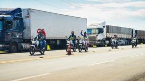 Mototaxistas que apoia os caminhões parados em Brasil Fotos de Stock