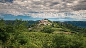 Motovun a cidade pequena nos montes de Istria na Croácia fotografia de stock