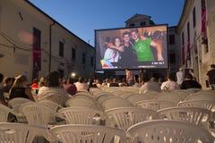 Motovun Kroatien - Juli 27, 2015: Aftonfilmprojektion på kvickheten Royaltyfri Bild