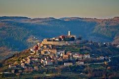 Motovun - liten kroatisk stad på kullen Royaltyfri Foto