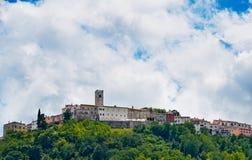 Motovun - liten stad på kullen i Istria, Kroatien Fotografering för Bildbyråer