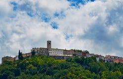 Motovun - liten stad på kullen i Istria, Kroatien Arkivbild