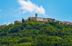 Motovun - liten stad på kullen i Istria, Kroatien Arkivfoto