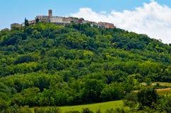 Motovun - liten stad på kullen i Istria, Kroatien Arkivbilder